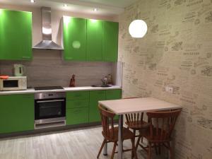 Кухня или мини-кухня в Apartment On Lenina 156