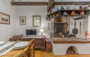 A kitchen or kitchenette at Apartment Kuharić