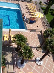 Výhled na bazén z ubytování Villaggio Margherita nebo okolí