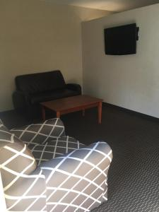 A seating area at Ramada by Wyndham Rockville Centre