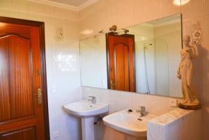 A bathroom at Veinat de les Ferreries Villa Sleeps 18 Pool WiFi