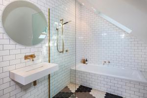 A bathroom at Britten Stables Studio