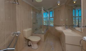A bathroom at Burleigh Surf Apartments