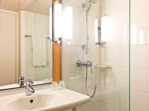 Salle de bains dans l'établissement ibis Lyon Gare Part Dieu