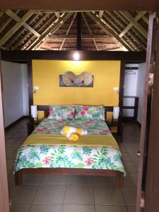 A bed or beds in a room at Serenity Beach Bungalows