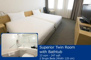 A bed or beds in a room at Kobe Motomachi Tokyu REI Hotel