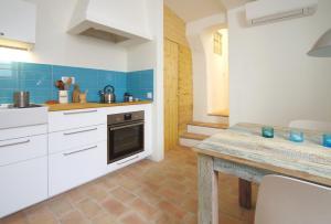 A kitchen or kitchenette at Casa Margarida Azul