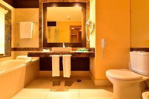Uma casa de banho em Pestana Promenade Ocean Resort Hotel