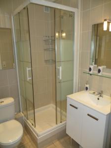 A bathroom at 9 Avenue de Carras