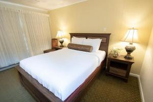 A bed or beds in a room at Scotty's Lakeside Resort