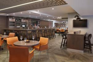 The lounge or bar area at Four Points by Sheraton Hamilton - Stoney Creek