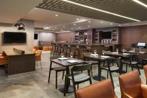 A restaurant or other place to eat at Four Points by Sheraton Hamilton - Stoney Creek