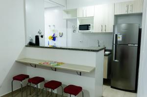 A cozinha ou cozinha compacta de Flat Guarujá