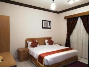 Cama ou camas em um quarto em ديار اسامة للوحدات السكنية المفروشة