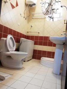 Um banheiro em ديار اسامة للوحدات السكنية المفروشة