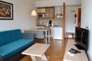 Een keuken of kitchenette bij Apartamentos Montemayor