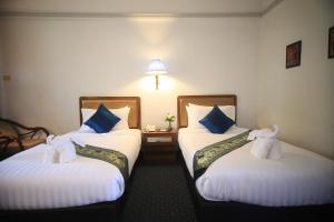 Een bed of bedden in een kamer bij Wiang Indra Riverside Resort