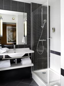 A bathroom at Mercure Bordeaux Centre Gare Saint Jean