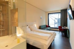 A bed or beds in a room at aja Zürich