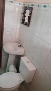 A bathroom at Pousada Borboleta Azul