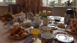 Breakfast options available to guests at Le Domaine De Pomone