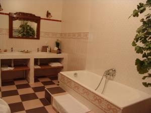 A bathroom at Le Domaine De Pomone