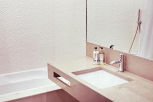 A bathroom at Real Abadia, Congress & Spa Hotel