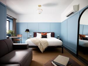 A bed or beds in a room at The Chicago Hotel Collection Wrigleyville