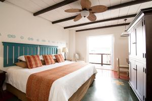 A bed or beds in a room at Hotel Isla de Flores