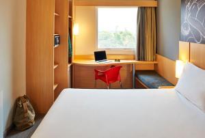 A bed or beds in a room at ibis Guaratingueta Aparecida