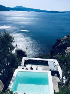 Vue sur la piscine de l'établissement Ifestio Villas Oia ou sur une piscine à proximité