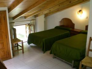 A bed or beds in a room at Hotel Puerta Romeros