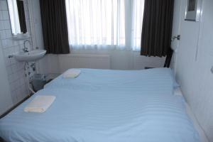 A bed or beds in a room at Hotel 't Meertje