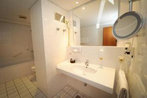 A bathroom at Konsul Hotel