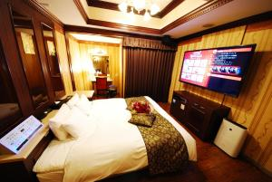 A television and/or entertainment center at Hotel Vanilla Komaki (Adult Only)