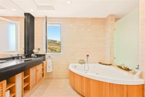 Un baño de The Marbella Heights Boutique Hotel