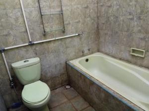 A bathroom at Meteor Raya Homestay