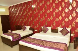 A bed or beds in a room at OYO 9148 Hotel Global Inn