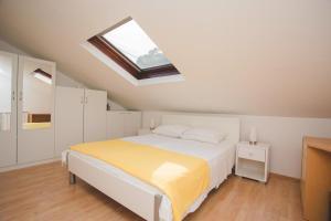 Postel nebo postele na pokoji v ubytování Seaside apartments with a swimming pool Pucisca, Brac - 9697