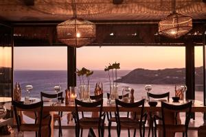 Restauracja lub miejsce do jedzenia w obiekcie Myconian Utopia Relais & Chateaux