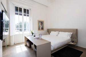 سرير أو أسرّة في غرفة في بالاتسو مونتيمارتيني روما، أحد فنادق راديسون كلوكشن