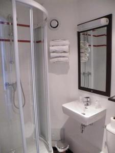 A bathroom at Enzo Hotel