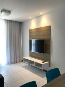 A television and/or entertainment centre at Apto ILOA na Barra de São Miguel
