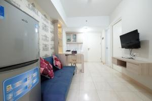 A television and/or entertainment center at 3BR near Sumarecon Mall Bekasi at The Springlake Apartment by Travelio