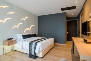 A bed or beds in a room at The Yana Villas Hua Hin
