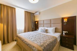 A bed or beds in a room at Hotel Salut