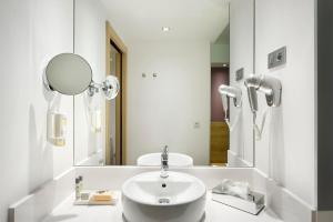 A bathroom at Sercotel Ciudad de Miranda