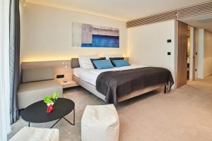 A bed or beds in a room at Hotel Park Plava Laguna