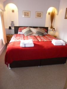 A bed or beds in a room at Pritchel Cottage 35 High Street