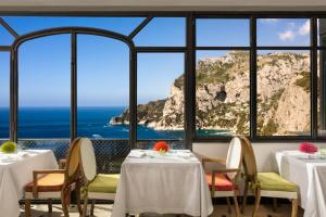 A restaurant or other place to eat at Hotel Punta Tragara